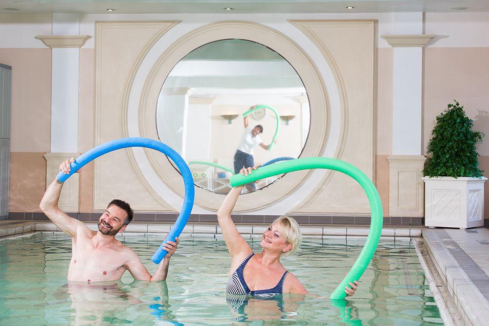 Gäste im Pool bei Wassergymnastik